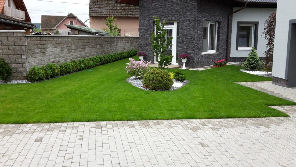 Záhrada Košeca trávnik